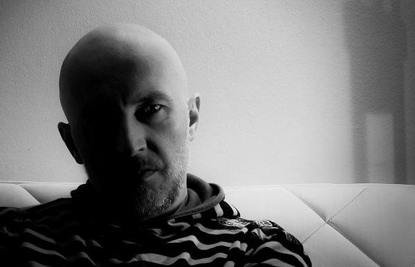 kornelije-hecimovic-producent-sjedi-na-kaucu
